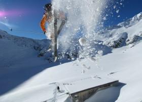 Sonnenskilauf im Kitzbüheler Skigebiet Steinplatte