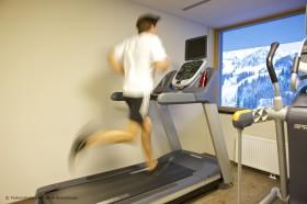 Falkensteiner Hotel Sonnenalpe - Fitnessraum mit Blick auf die Piste