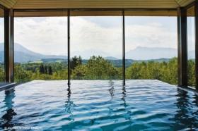 Pool mit Blick auf Salzburg