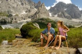 Von Dolomiten umgeben beim Wandern in Italien