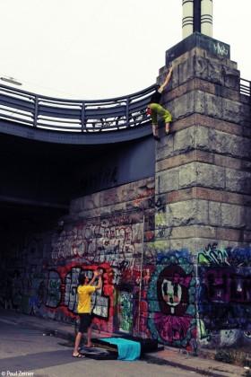 Klettern auf der Brücke
