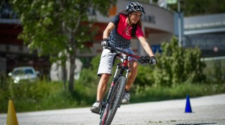 Körper gerade, Bike schräg: mit der richtigen Fahrtechnik  fällt Kurvenfahren leichter.