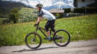 Am besten nur einen Finger auf den Bremshebel, das steigert die Körperspannung am Bike.