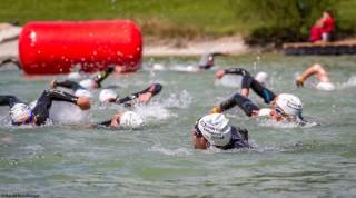 Der Start des Triathlon erfolgte in 3 Wellen.