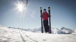 Toni mit Ski im Skigebiet