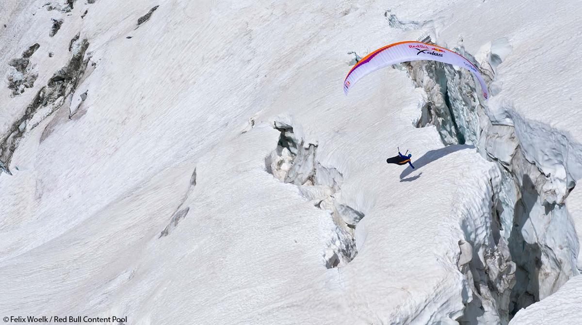Paragleiter in den Alpen X-Alps