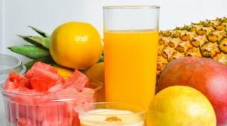 Fruchtsaft in Glas mit Obst