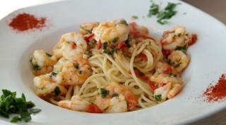 Spaghetti mit Shrimps in Teller