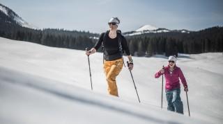 Skitourengehen-Frau-und-Kind