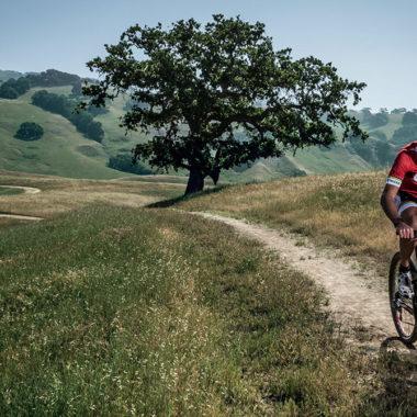 mountainbiker mit suunto uhr