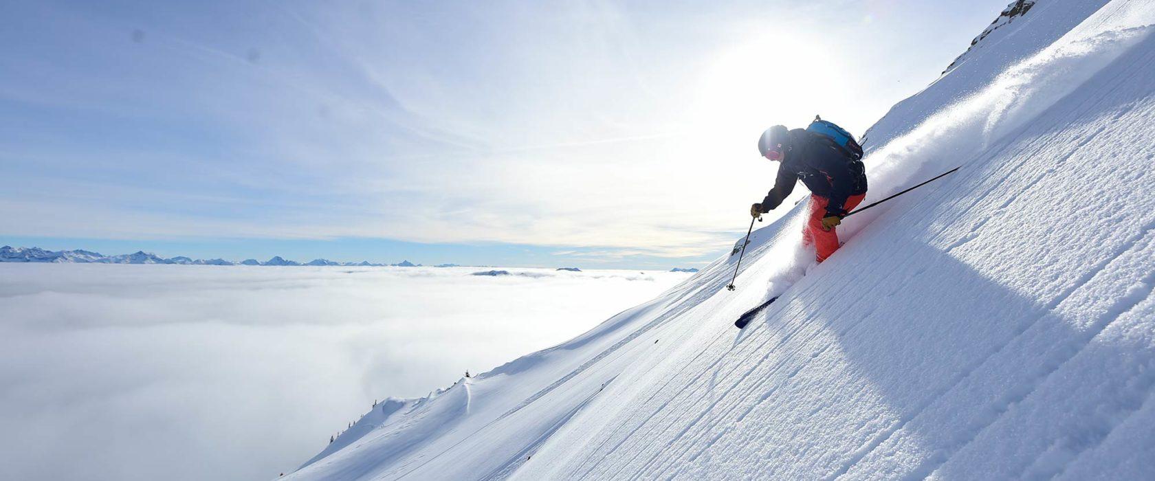 Salomon-Skifahrer-mit-Helm