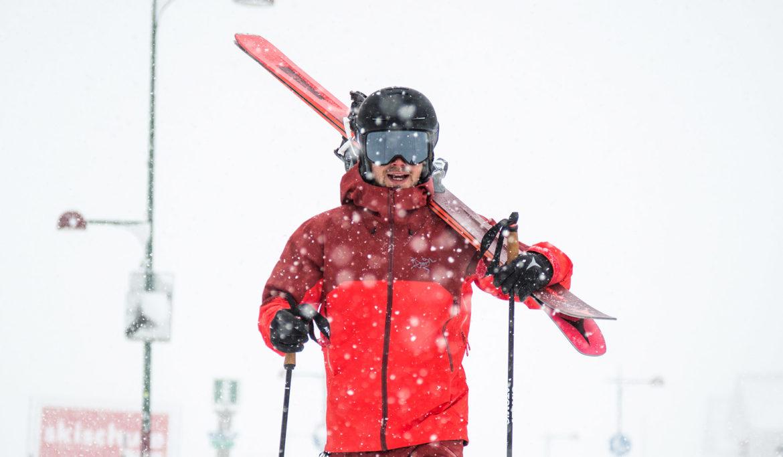 ski tragen skifahrer