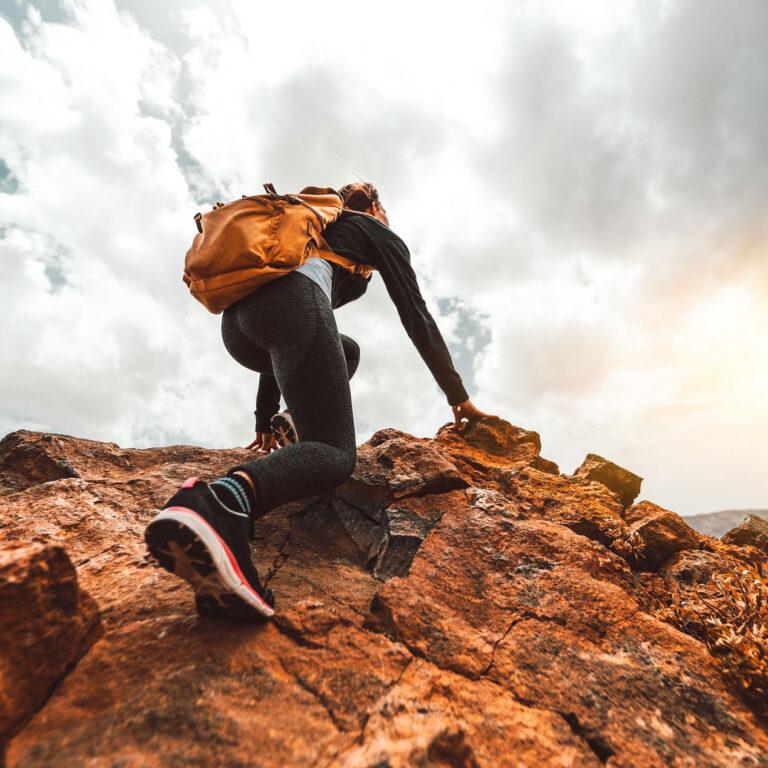 Bergsteigerin-mit-Rucksack